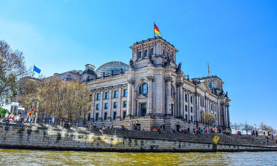 Deutscher Bundestag, von der Spree aus aufgenommen